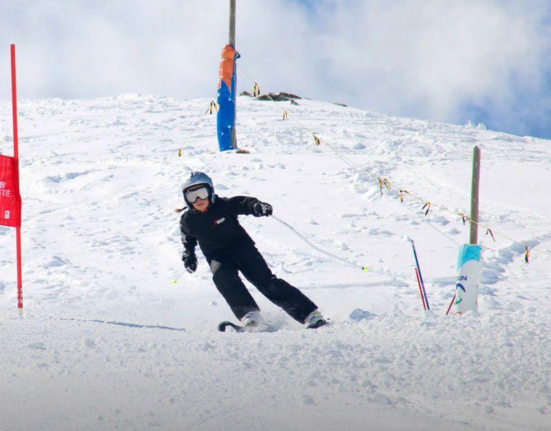 Semana Blanca en Astún 5 Días ¡Todo incluido para grupos de Madrid!: Esquiadora
