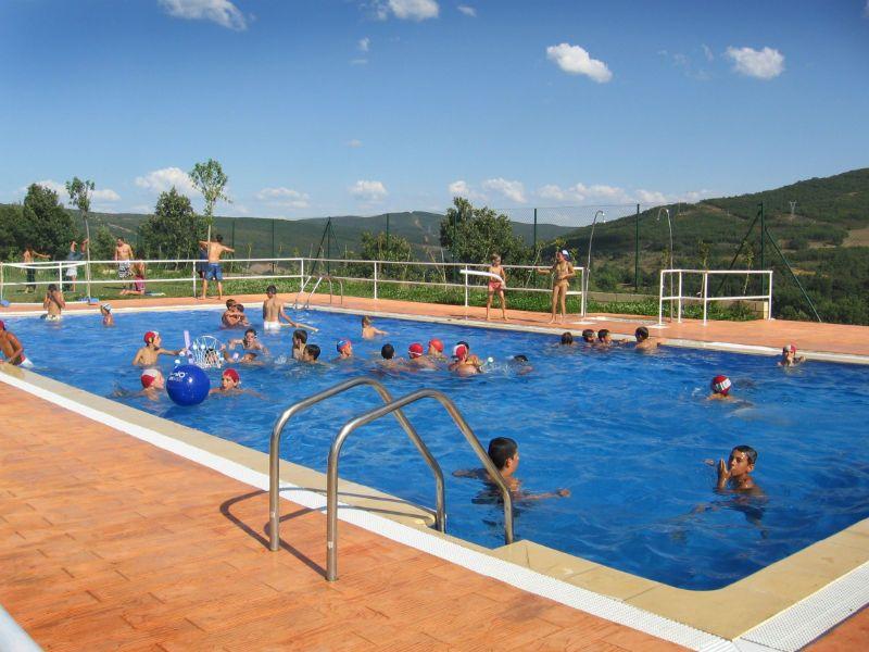 Campamento de inglés en León: Baño en la piscina