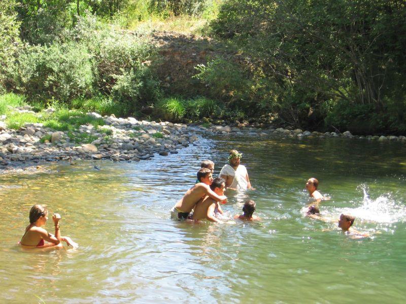 Campamento de inglés en León: Baño piscina natural
