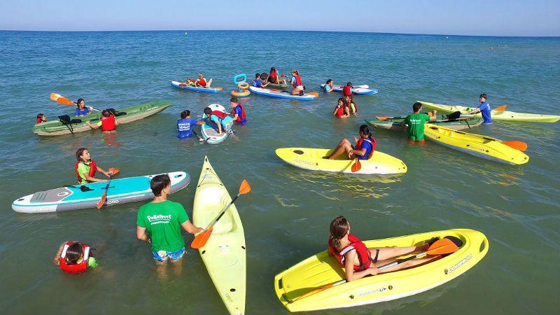 Viaje escolar fin de curso multiaventura náutica en Castellón: Grupo haciendo kayak