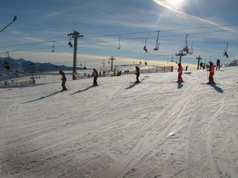 Viaje escolar de esquí con inglés en Cantabria: Escolares esquiando
